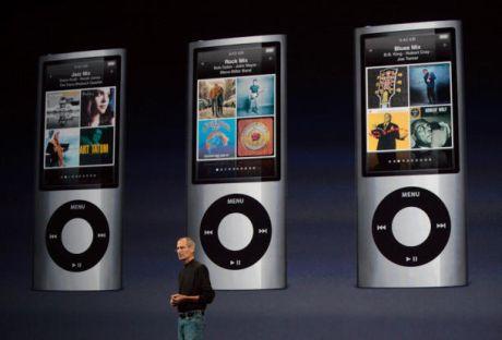 AppleのCEOであるSteve Jobs氏がステージに再び登場し、カメラとFMチューナーを搭載した新しいiPod nanoのデモを行った。