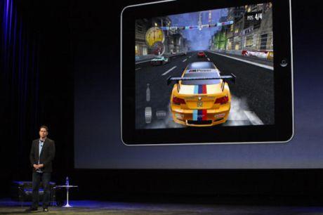 Electronic Arts(EA)のバイスプレジデントTravis Boatman氏。ゲーム「Need for Speed Shift」の将来公開されるiPad版をデモしている。このゲームは、iPadの大きくなったディスプレイでの動作に最適化されている。